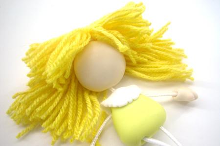 13- Para os cabelos, faça duas meadas uma maior e um menor com a lã
