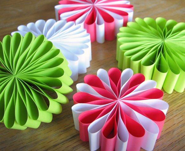 Новогодние игрушки своими руками из цветной бумаги фото