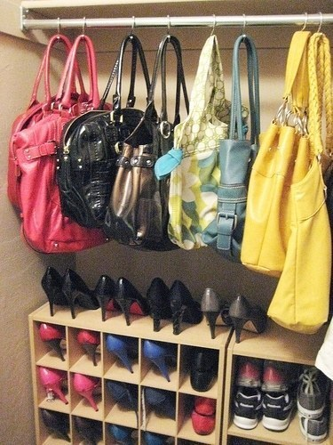 12 ideias truques organizacao casa ganchos cortina pendurar bolsas  (9)