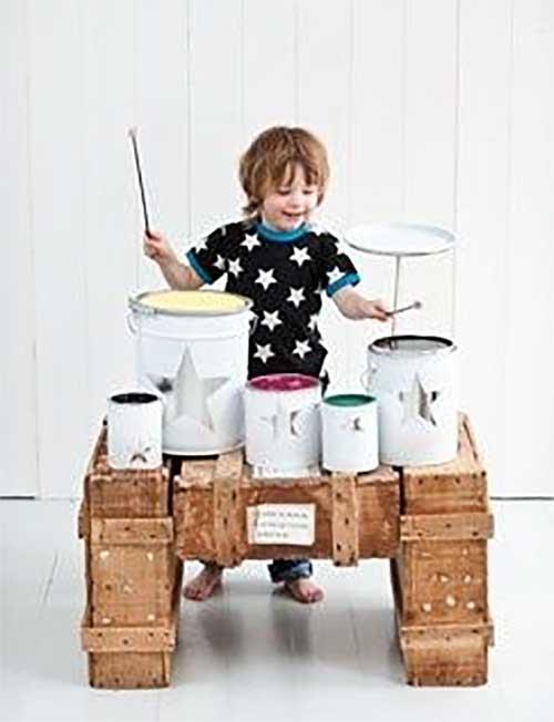 brinquedo reciclado feito em casa bateria com latas criancas