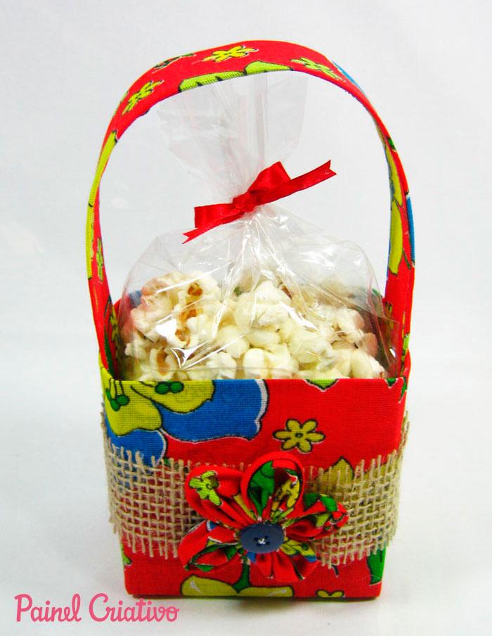passo-a-passo-lembrancinha-festa-junina-cestinha-porta-guloseimas-reciclagem-caixinha-leite-chita-1 (1)